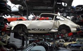 Една смачкана Carrera и автоморга за суперавтомобили, която замисля. Галерия