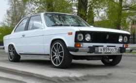 Това е BMW Е30 е маскирано, като ВАЗ 2106 Купе. Моторът е Toyota V8 и 265 коня. Видео