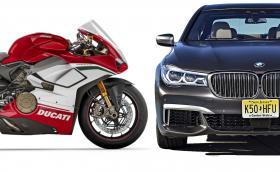 Ducati Panigale V4 срещу BMW M760Li. Кой е по-бърз на драг? Видео
