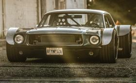 Това е брутален 1967 Ford Mustang с мотор от Corvette. Кара се с розови къси гащи