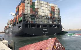 Катастрофа между два големи кораба, 55 контейнера с нови автомобили потъват в морето. Видео