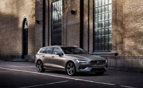 Новото Volvo V60 прилича на смалено V90. Всъщност е точно това