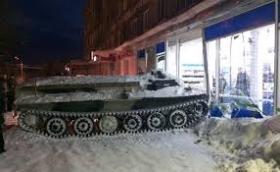 От Русия с любов: Daewoo и витрина пострадаха при пазаруване на алкохол с МТЛБ