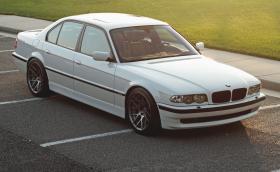 Това е BMW 'M7': прекрасно Е38 с 4,9-литров V8 от M5 E39 и 438 коня на колелата