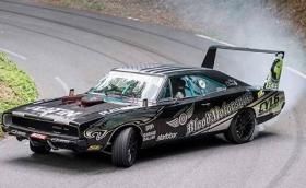 Dodge Charger от 1968 с V8 от E39 и окачване от Cayenne Turbo може да дрифти... Видео