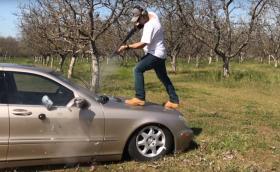 Този човек стреля с различни оръжия по своя Merc W220. Не знаем защо, но видеото е поучително…