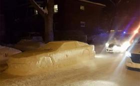 """Канадец си направи кола от сняг. Полицаи написаха """"фиш"""""""