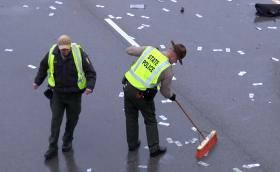 Черен Ford изръси хиляди долари на магистрала в САЩ. Полицията я измете. Видео
