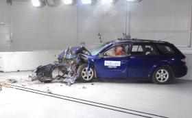 Краш тест на коли на 10+ години. Вижте какво причинява ръждата! (Видео)