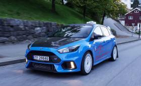 Такси с режим за дрифт… Този Ford Focus RS с бели O.Z. Racing джанти е точно такова. Видео