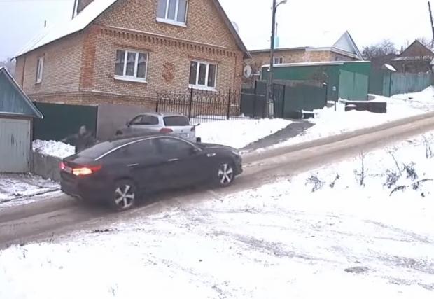 Това ли е най-хлъзгавата улица в Русия? Видео