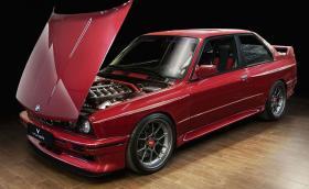 Това е едно прекрасно BMW E30 M3 Evo с мотор от E36 M3 и убийствено як салон от Vilner