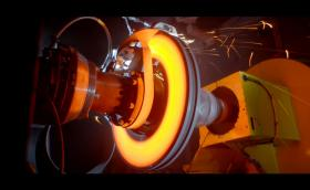 Гледайте как Bugatti пече 3D принтирани спирачки на над 1000 градуса. Апаратът е с 8 бутала и тежи едва 2,9 кг. Видео