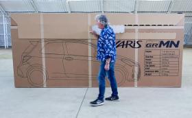 Джеймс Мей вади нова Toyota Yaris GRMN от картонена кутия