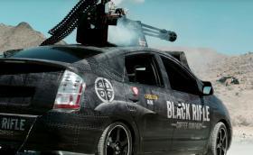 Това е Toyota Prius с въртяща се картечница M61 Vulcan, свалена от изтребител F-16… Видео
