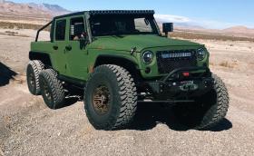 6-колесен Jeep Wrangler е идеалният транспорт за наводнен град
