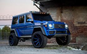 Mercedes-Benz G550 4×4² върху 24-инчови сини джанти, дами и господа