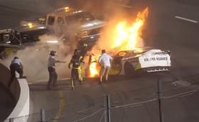 Нищо не може да спре този баща да извади сина си от горяща състезателна кола. Видео с щастлив край!