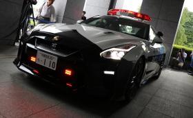 Неизвестен дари Nissan GT-R на ченгетата в Япония