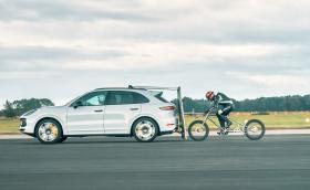 Смахнат човек с колело разви 240 км/ч. С помощта на Cayenne Turbo