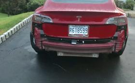 Силен дъжд сваля задната броня на Model 3?
