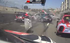 Брутална катастрофа в WTCR с участието на 27 коли. Видео