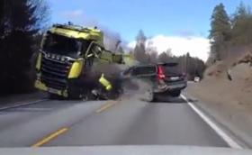 Volvo XC70 с челен удар във влекач. Шофьорът излиза невредим. Видео