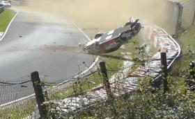 """Porsche 911 GT3 Cup се преобърна 10 пъти в катастрофа на """"Ринга"""". Пилотът е невредим! Видео"""