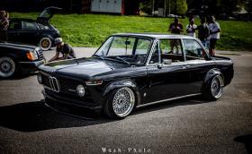 Едно прекрасно BMW 2002 tii от 1973-та. Колата е на въздух. Видео