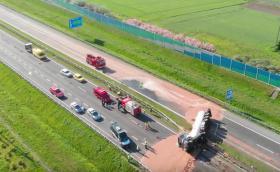 Цистерна се обърна и разсипа 12 тона шоколад на пътя (Видео)
