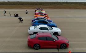 Вижте това епично драг състезание с 12 коли! Видео