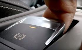 Какво ще стане, ако активирате електронната ръчна спирачка при 200 км/ч? Видео