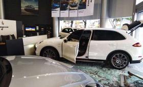Мъж потроши шоурум на Porsche със… своето Porsche Cayenne. Ядосал, се че колата му дошла без поръчаните опции. Видео