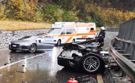 Микробус VW се вряза в Audi R8. Разполови го.