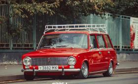 Един червен 'stance' ВАЗ-2102, откраднал джантите на Jag E-type