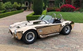 Това е 'AC Cobra' от истински бронз. Моторът е 7-литров Shelby V8
