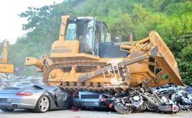 Президентът на Филипините Родриго Дутерте помля още 68 коли за над 5 млн. евро., в това число Porsche 911 и BMW M5. Видео