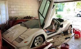Мъж намери Lambo Countach и Ferrari 308 в гаража… на баба си
