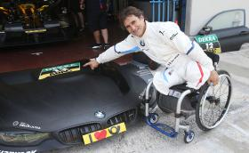 Как Алекс Занарди кара BMW M4 DTM в продължение на 294 обиколки, без два крака. Този човек е герой