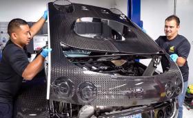 Bugatti таксува 36 хил. лв. за смяна на масло на Veyron, източва се през 16 пробки. Процедурата трае 27 часа. Видео