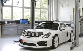 Porsche тества кола на WRC терен. Автомобилът е базиран на Cayman GT4 Clubsport, а пилот е Ромен Дюма