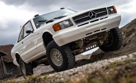 """Това е Mercedes-Benz 560 SEC от 80-те, направен за тежкото рали """"Париж-Дакар"""""""