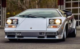 Искаме това 1981 Lamborghini Countach LP400 S от Bertone. На 35 хил. км е и е подписано от Валентино Балбони
