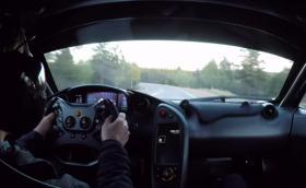 McLaren P1 LM пее божествено по пътя си към връх Пайк. Видео