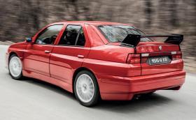 Това е единствената Alfa Romeo 155 GTA Stradale правена някога. Мощна е 190 к.с. и се продава за 200 хил. евро