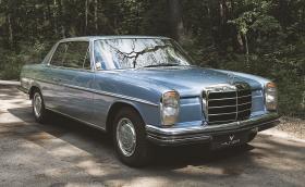 В този Mercedes-Benz 250 CE има дърво, което е... откъртено от скъпа лодка