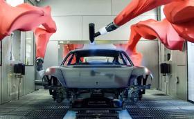 Porsche Taycan се боядисва от роботи в червени чорапогащници. Видео от производството