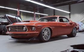 Насладете се на този 1969 Mustang Boss 494 с 8,1 литров V8 и 777 коня. Видео
