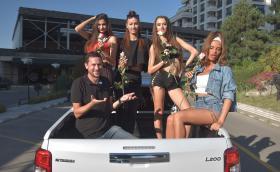 Колко Playboy момичета се събират в новото Mitsubishi L200? Детайлно видео