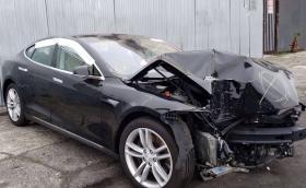 Артур Тушек съживява и смачканa Tesla Model S. Видео